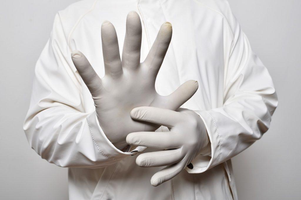 Rękawiczki nitrylowe świetnie dopasowują się do dłoni, dzięki czemu pozwalają zachować wrażliwość na dotyk (źródło: pixabay.com, autor: leo2014)
