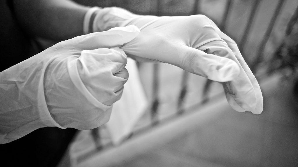 Osoby, które mają wrażliwą skórę dłoni powinny postawić na rękawiczki bezpudrowe, natomiast te, które mają skórę ze skłonnością do nadmiernej potliwości – pudrowane (Źródło: Pixabay.com, autor: Luisella Planeta Leoni)